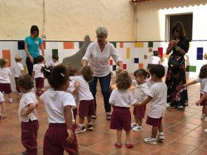 Las abuelas cuentan cuentos a los niños en Los Finaos