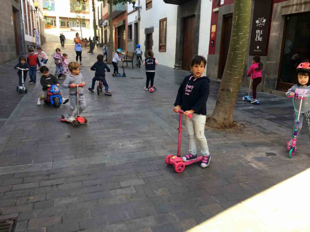 Los niños salen a la calle con los juguetes