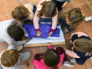 Los niños aprenden a envolver los regalos
