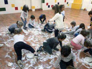 Los niños juegan con la nieve en Navidad