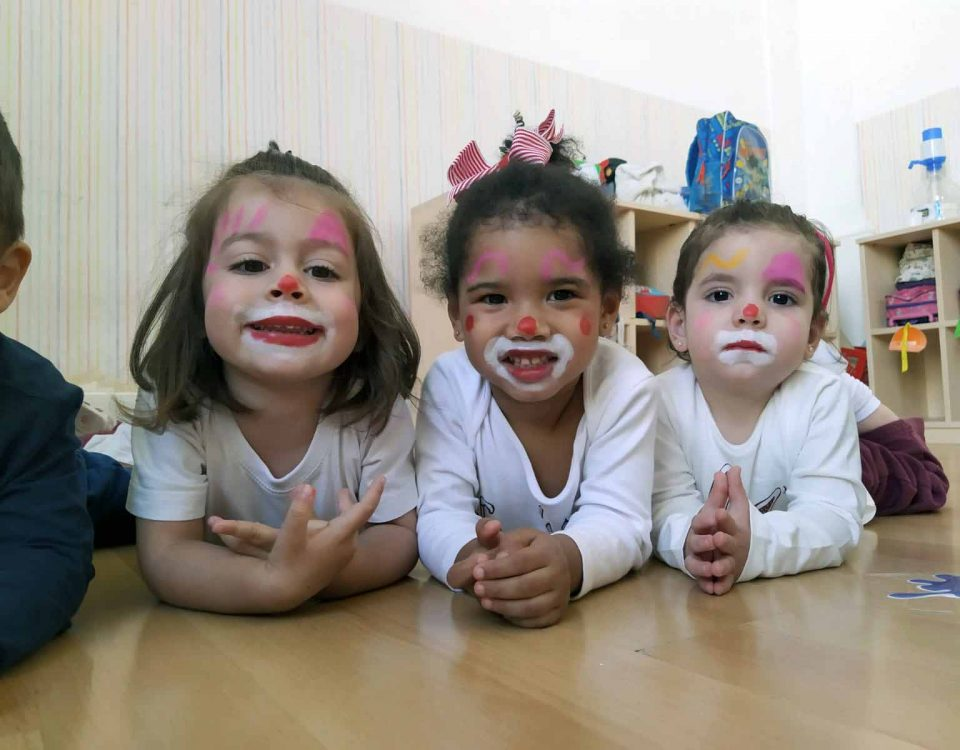 Los niños se disfrazan en la escuela