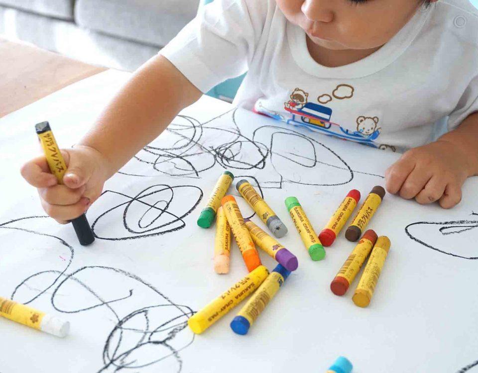 Niño disfruta en casa pintando