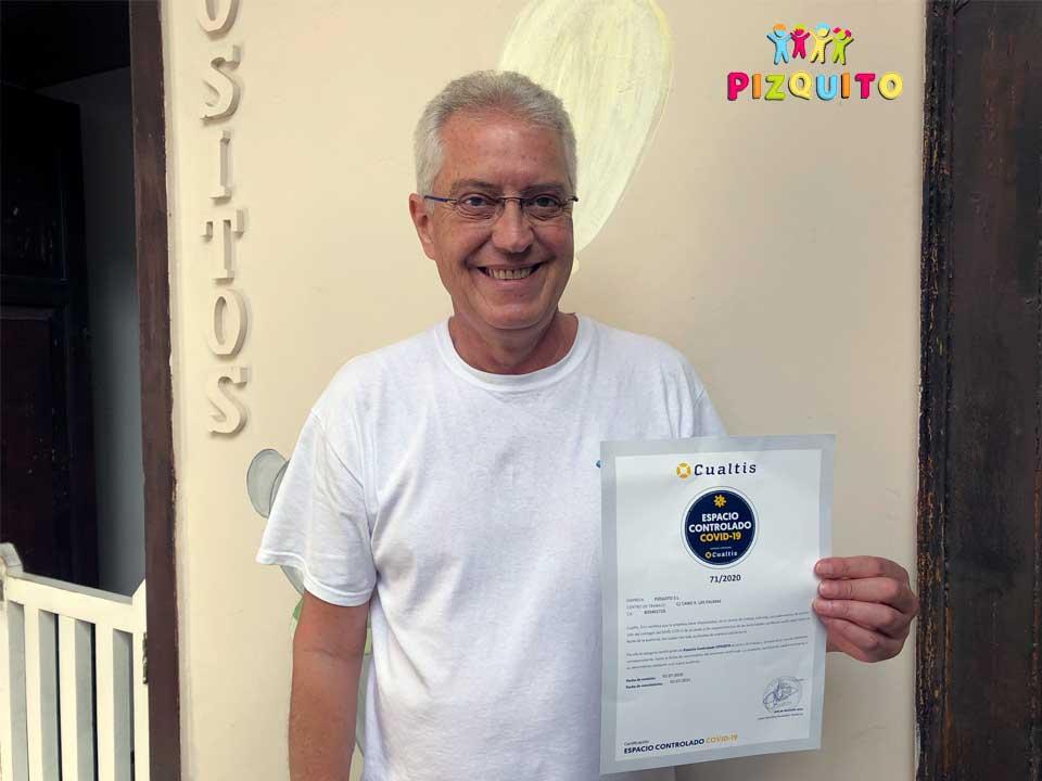 Director de la escuela infantil muestra el certificado Espacio Controlado Covid-19
