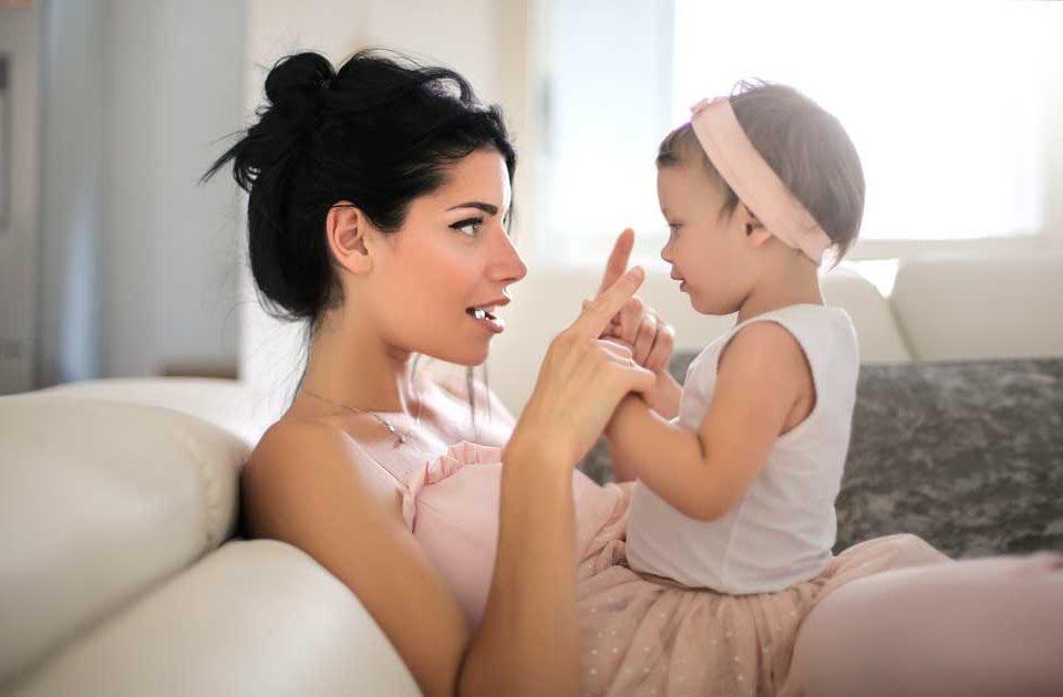 desarrollo del lenguaje en niños hasta los 2 años, niño habla con la madre