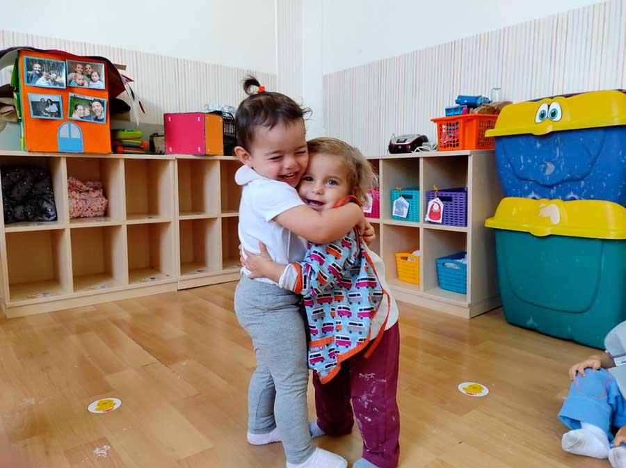 la paz y no la violencia niños se abrazan