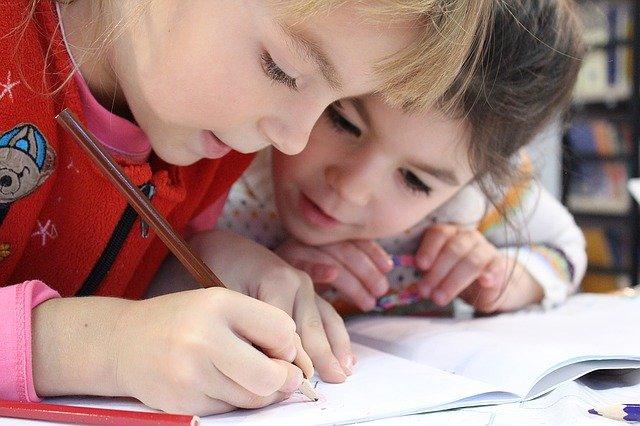 aprendizaje para la vida en la escuela infantil: dos niños aprenden