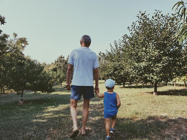 cuidado de los nietos abuelo niño